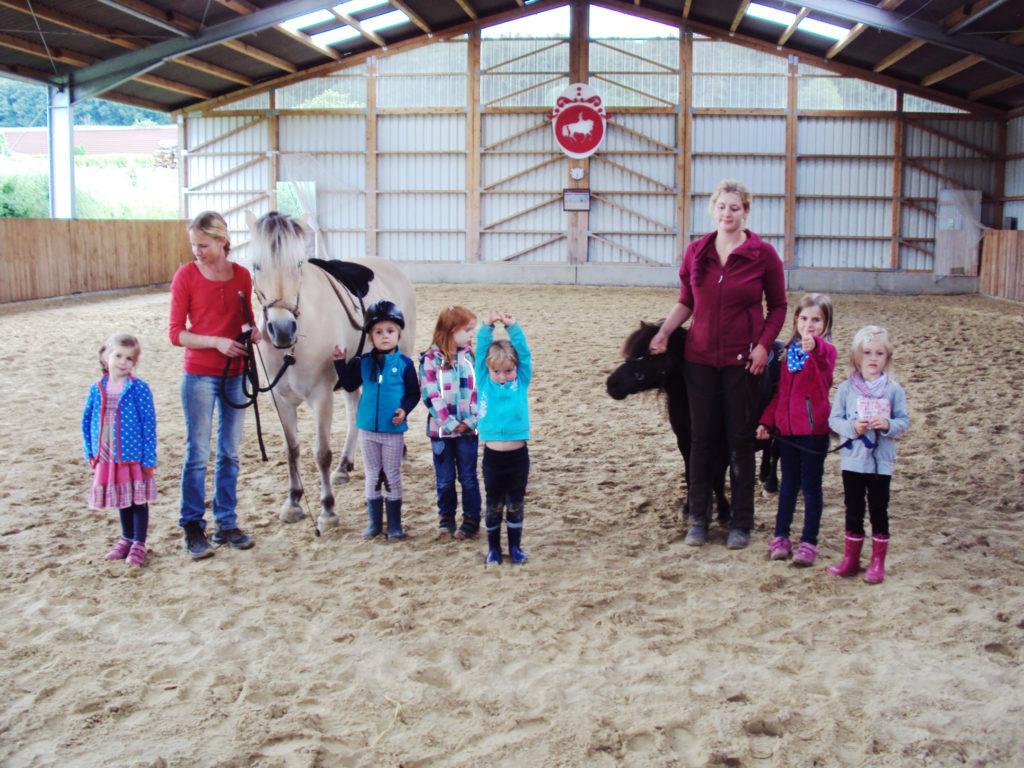 Kinder Pony Tage - Ein Wochenende für Kinder für das Zusammenkommen von Kind und Pferd